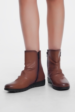 Low brown boots with zipper and round nose